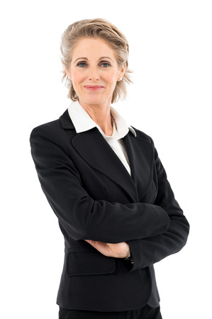 aislado: Retrato de feliz empresaria madura mirando a cámara aislada sobre fondo blanco