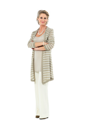 Portrait de belle femme d'âge mûr avec le bras croisés regardant la caméra isolée sur fond blanc Banque d'images - 27614202
