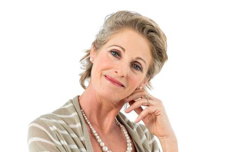 donna ricca: Primo Piano Di Bella Realaxed donna matura guardando fotocamera isolato su sfondo bianco