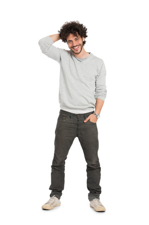 Portret van gelukkige jonge man zich over witte achtergrond