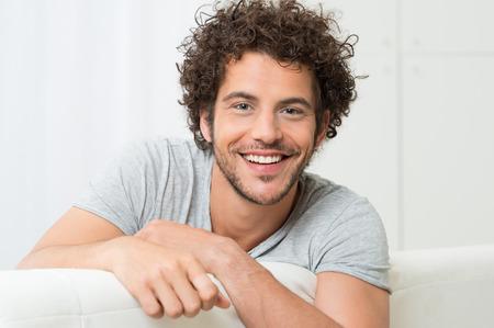 Portret Van Gelukkige Jonge Man Zittend Op Een Sofa Stockfoto