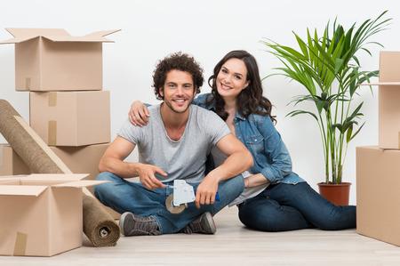집에서 골판지 상자 둘러싸인 행복한 젊은 커플