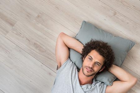 sen: Vysoký úhel pohledu Mladý muž leží na podlaze myšlení