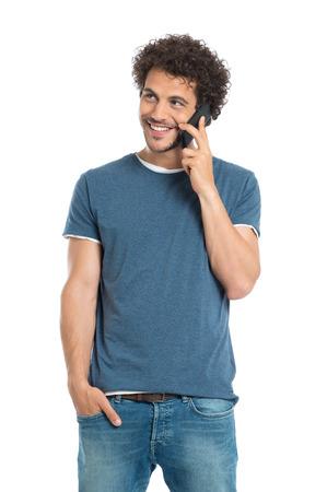 행복 한 젊은 남자 얘기에 핸드폰의 초상화 흰색 배경에 고립