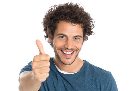 Portret van gelukkige jonge man Resultaat duim omhoog geïsoleerd op een witte achtergrond