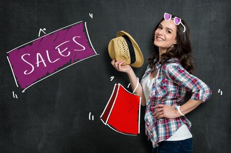 chicas compras: Joyful Mujer hermosa que hace Moda Compras Aislado En Gris