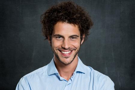 灰色の背景の上青年実業家の肖像画