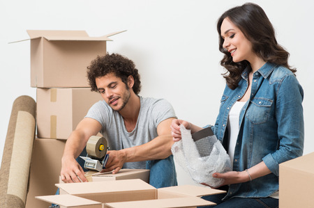段ボール箱の梱包幸せな若いカップルの肖像画