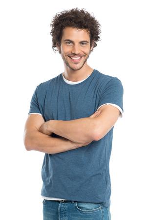 Gelukkig Jonge Man Met Arm gekruist geïsoleerd op een witte achtergrond de camera kijken Stockfoto