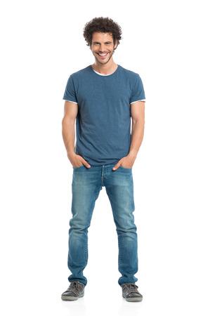 흰색 배경에 고립 된 포켓 서있는 손으로 행복 젊은 남자의 초상화