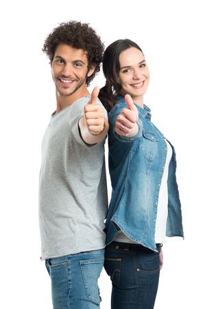 행복한 젊은 부부 표시 엄지 손가락의 초상화는 흰색 배경에 고립