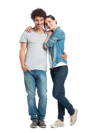 幸せな若いカップルの白い背景で隔離のカメラ目線を愛するの肖像画