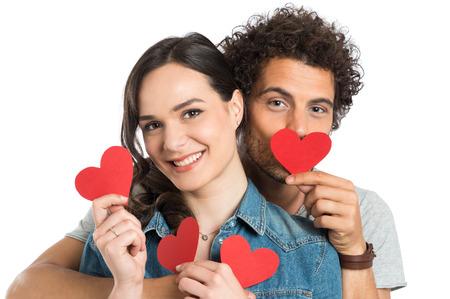 romance: Coppie felici che giocano con la carta cuore isolato su sfondo bianco