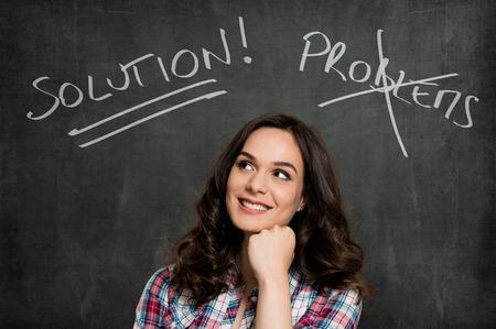 Gelukkige Jonge Vrouw Overweegt Over Grijze Achtergrond Stockfoto