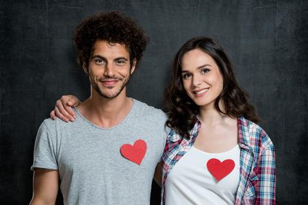 silhouette coeur: Jeune couple heureux avec Coeur Rouge Banque d'images
