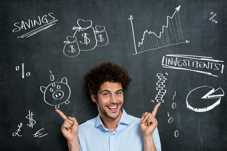 Happy Zakenman Heeft een heleboel verschillende mogelijkheden voor Zijn Geld Beleggingen