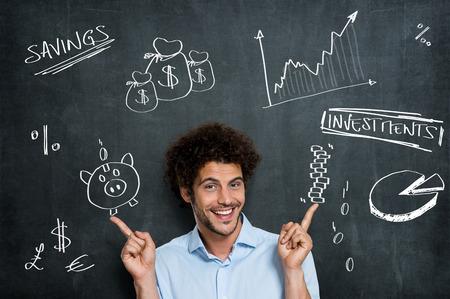 mucho dinero: Hombre de negocios feliz tiene un mont�n de diferentes oportunidades por su Investments Dinero