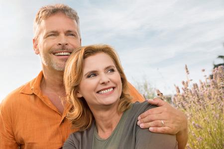 필드에서 즐기는 행복 성숙한 커플의 초상화 스톡 콘텐츠