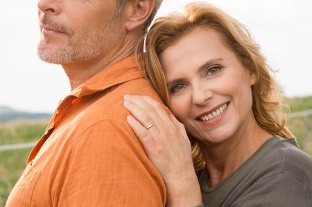 mannen en vrouwen: Close-up van gelukkige volwassen vrouw met haar man Stockfoto