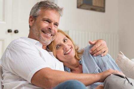 Portret van gelukkige volwassen paar Knuffelen Stockfoto