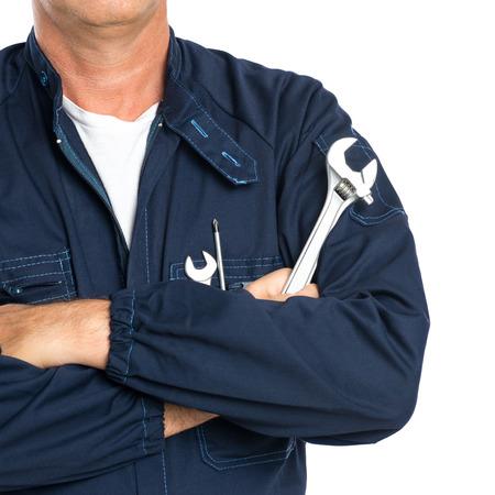 Close-up Van Een Monteur Met Arm Gekruiste Holding Spanner Geïsoleerd Op Witte Achtergrond Stockfoto