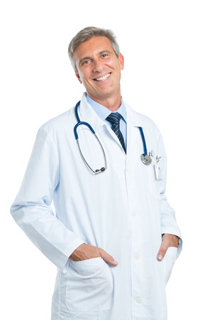 hombres maduros: Retrato de feliz médico maduro Mirando a la cámara aislada en el fondo blanco