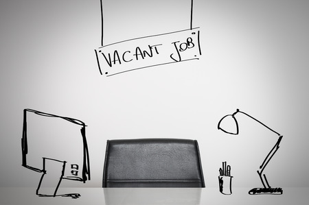 空いている仕事ビジネス概念: 革椅子およびオフィスで空デスク