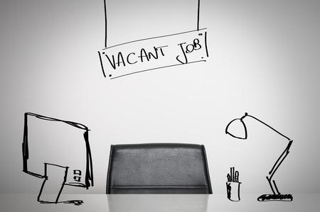빈 일자리 비즈니스 개념 : 가죽 의자와 사무실에서 빈 책상