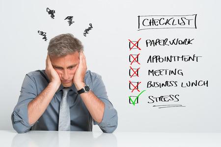 사무실에서 할 일이 너무 많은 작업으로 스트레스 사업가의 초상화
