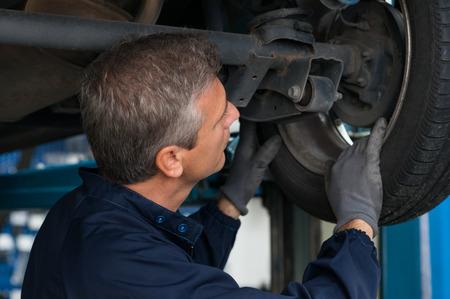 Automonteur Veranderen Bij Repair Service Station Car Wheel Stockfoto