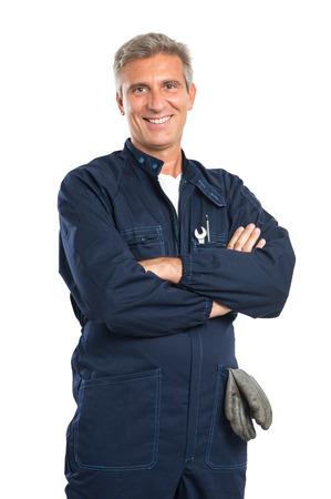 Portret van vertrouwen Rijpe Mechanic In Overall Met Arm Gekruiste de camera kijken Geïsoleerd Op Witte Achtergrond