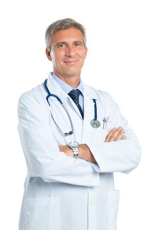 카메라를 찾고 자신감 성숙한 의사의 초상화, 흰색 배경에 고립 스톡 콘텐츠