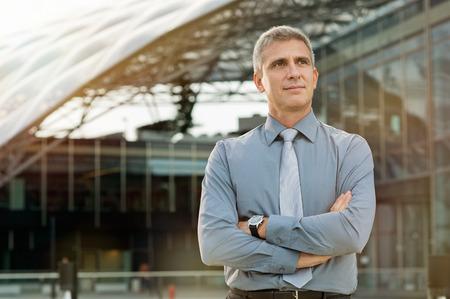 spokojený: Spokojeny podnikatel Snění před kancelářské budovy Reklamní fotografie