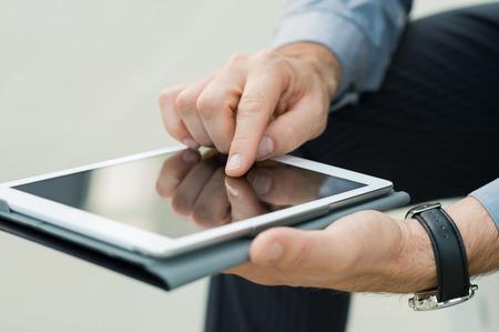 전자 메일을 확인하기 위해 디지털 태블릿을 사용하여 사업가의 손의 근접 촬영 스톡 콘텐츠