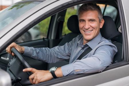 manejando: Primer plano de un sonriente hombre de negocios maduro aparcar el coche Foto de archivo