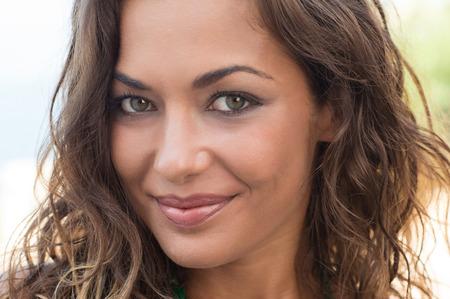 caras de emociones: Primer plano de la mujer joven Cara sonriente mirando a la c�mara al aire libre Foto de archivo