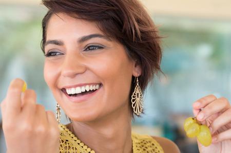 ブドウを保持している若い幸せな女のクローズ アップ 写真素材