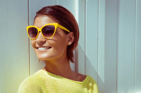 Portrait der schöne Frau mit Sonnenbrille Standard-Bild