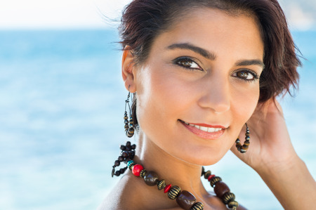 Portret Van Gelukkig aantrekkelijke jonge vrouw met sieraden