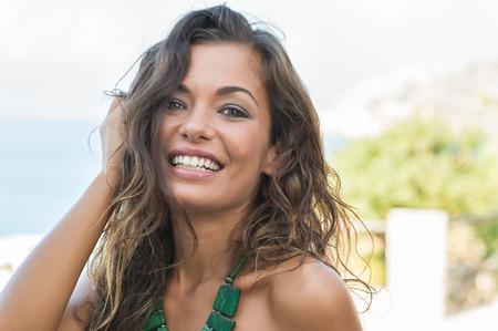 야외에서 웃고있는 젊은 아름다운 여인의 초상