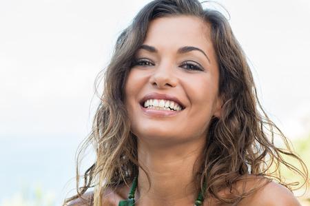 幸せな美しい女の子笑顔屋外の肖像画