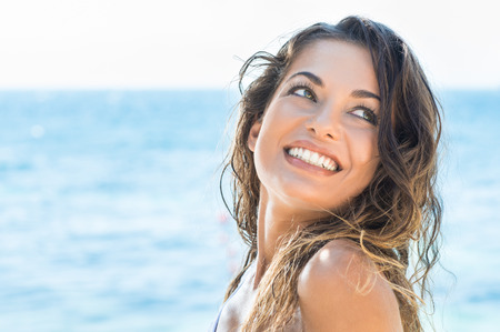lächeln: Portrait Der Jungen Schönen Frau Laughing At Summer Beach