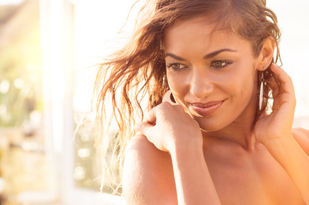piel: Retrato de la sonrisa hermosa chica de relax en vacaciones