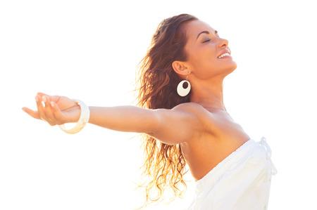 wunderschön: Lächeln Relaxed junge Frau erstreckt sich ihre Arme und schloss die Augen im Sommer