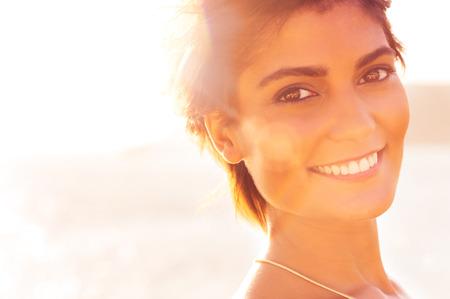 夏の休日に美しい若い女性は笑みを浮かべてのクローズ アップ