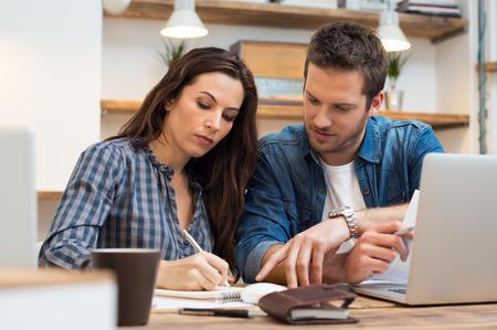 ležérní: Obchodní muž a žena, což poznámka v kanceláři
