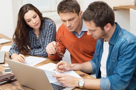 planeaci�n: Los hombres de negocios y de negocios trabajando con el documento en la oficina