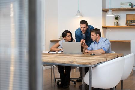 Lluvia de ideas de gente de negocios multiétnica en la oficina Foto de archivo - 36168174