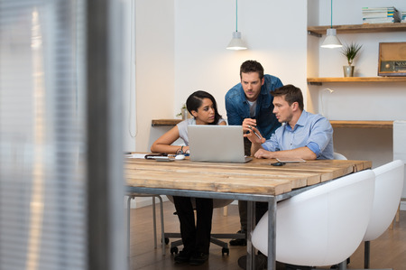 oficina: Lluvia de ideas de gente de negocios multi�tnica en la oficina Foto de archivo