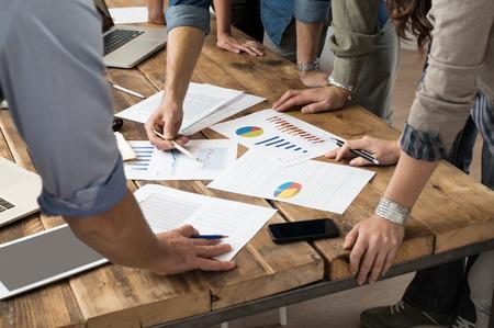 trabajo en equipo: Hombre de negocios y una mujer discutiendo en los gráficos bursátiles en el cargo